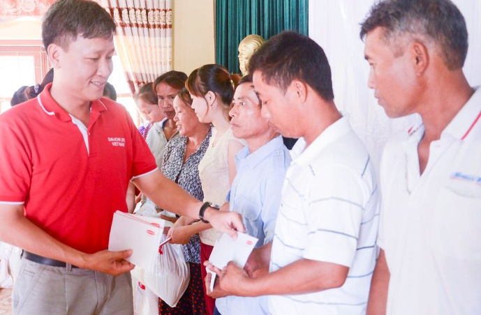 Dai-ichi Life Vietnam granted gifts to needy fishermen in the Central...