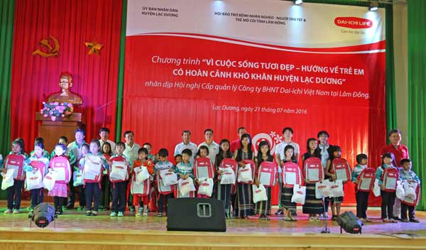 Dai-ichi Life Vietnam granted gifts to disadvantaged children of ethnic minorities in Lac Duong, Lam Dong...